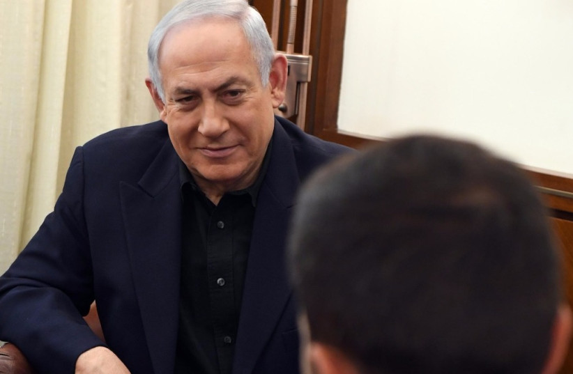 Prime Minister Benjamin Netanyahu meets in his office with Ziv the Israeli guard stabbed in the Jordan embassy complex (photo credit: CHAIM ZACH / GPO)