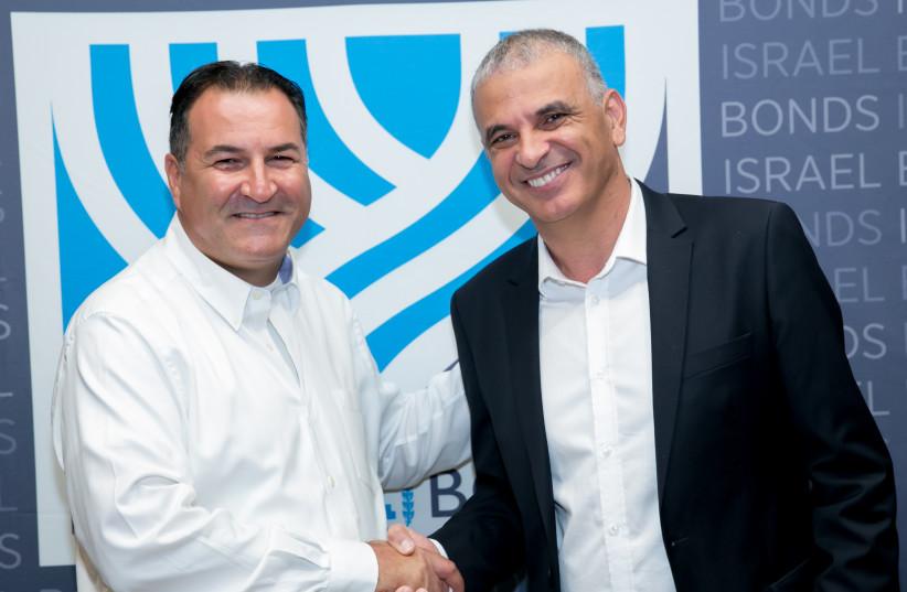 Israel Bonds President & CEO Israel Maimon (left) greets Finance Minister Moshe Kahlon (photo credit: FREED PHOTOGRAPHY)