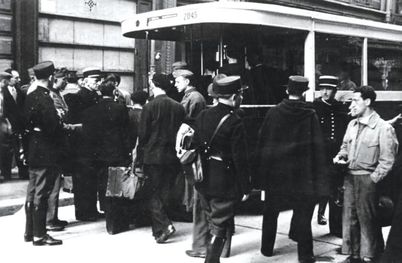 Un des autobus qui servira à transporter les juifs au Vel d'Hiv (photo credit: WIKIPEDIA)