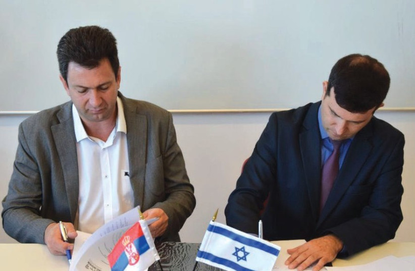 DR. ALEKSANDAR PAJIC (left), Serbia's assistant minister of education, and Dr. Eyal Kaminka, director of Yad Vashem's International School for Holocaust Studies, sign the agreement in Jerusalem, July 31, 2017. (photo credit: YAD VASHEM)