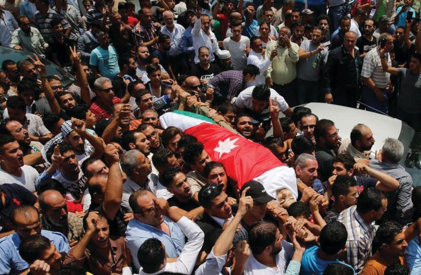 Les funérailles de Mohammad Jawawdah; qui a attaqué l'agent de sécurité de l'Ambassade d'Israël en Jordanie (photo credit: REUTERS)