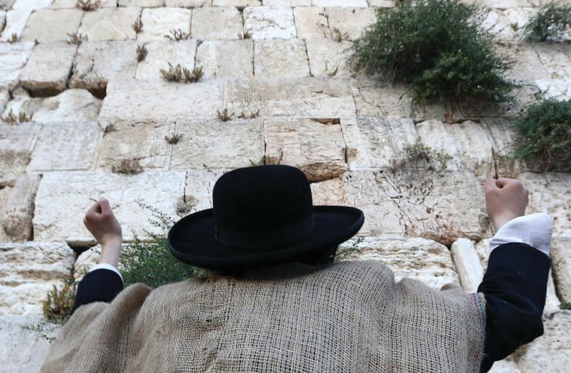 Prière lors du jeûne du 17 Tamouz (photo credit: MARC ISRAEL SELLEM/THE JERUSALEM POST)