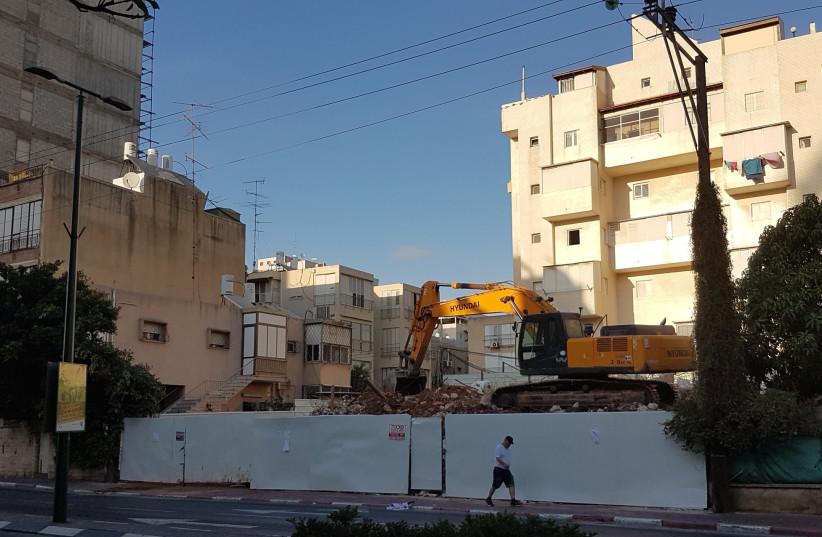 A building being demolished by Tama 38 in Ramat Gan. (photo credit: OFIR AUSLANDER)