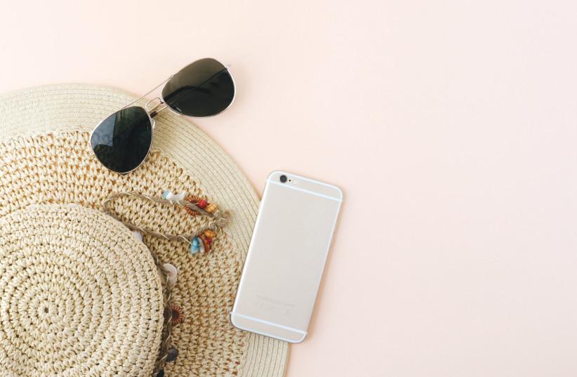 Chapeau de paille et lunettes de soleil (photo credit: FREEIMAGE)