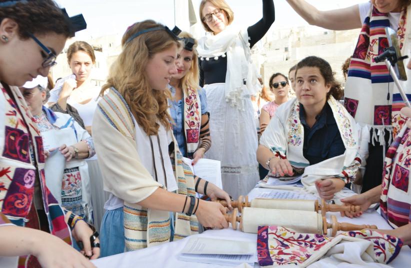 Jamie Halper raises the Torah with Women of the Wall on July 24, 2017. (photo credit: KAYLA STEINBERG)