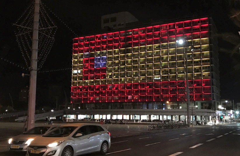 Tel Aviv City Hall displays the Spanish flag following a deadly terror attack in Barcelona, 17 August, 2017 (photo credit: AVSHALOM SASSONI/MAARIV)