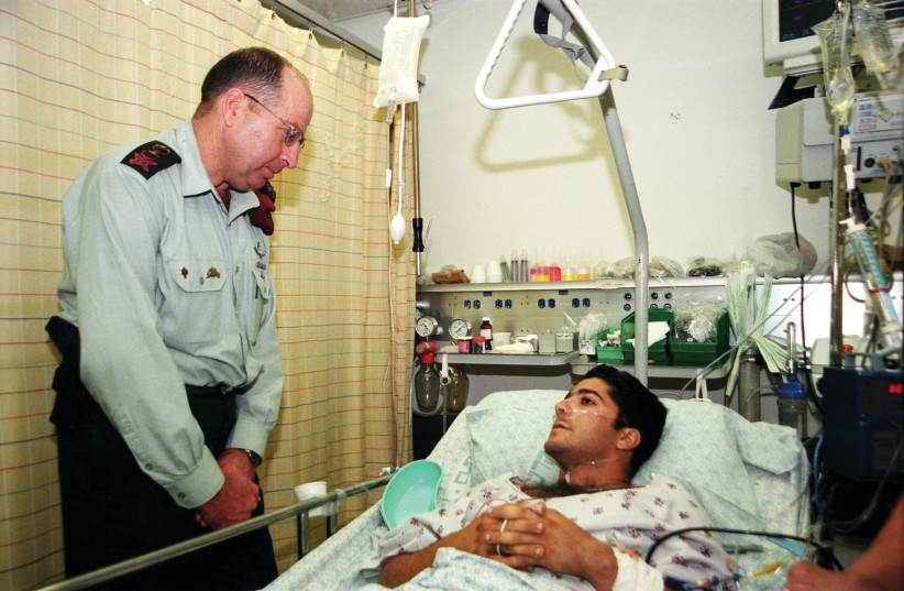 Moshé Yaalon en visite auprès d'un soldat blessé (photo credit: GPO)