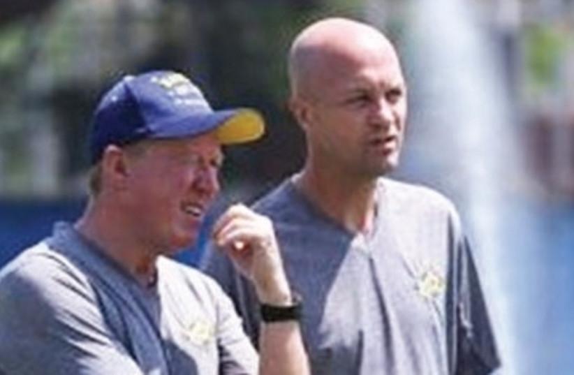 Steve McClaren (left) and Maccabi Tel Aviv head coach Jordi Cruyff (right).  (photo credit: MACCABI TEL AVIV WEBSITE)