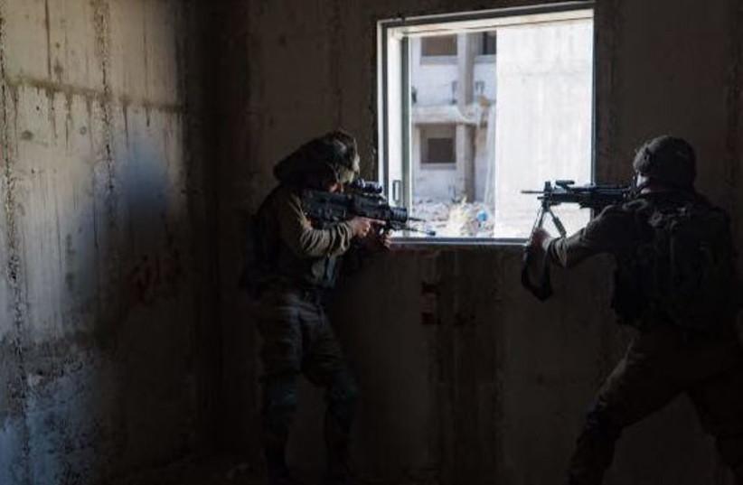 IDF soldiers take part in a drill simulating urban warfare in Gaza, August 23, 2017 (photo credit: IDF SPOKESPERSON'S UNIT)