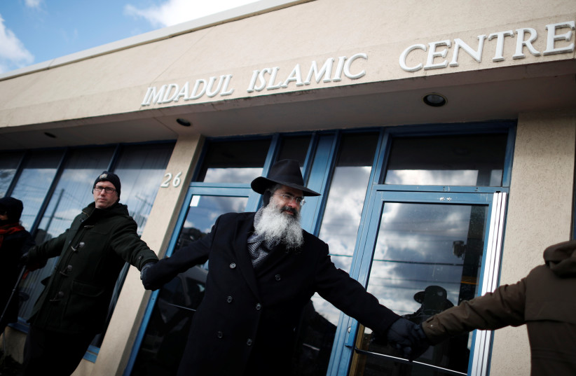 Members of a local church and synagogue form a 'ring of peace' around an Islamic Cultural Center in Toronto after a shooting there, February 2017 (photo credit: MARK BLINCH/ REUTERS)