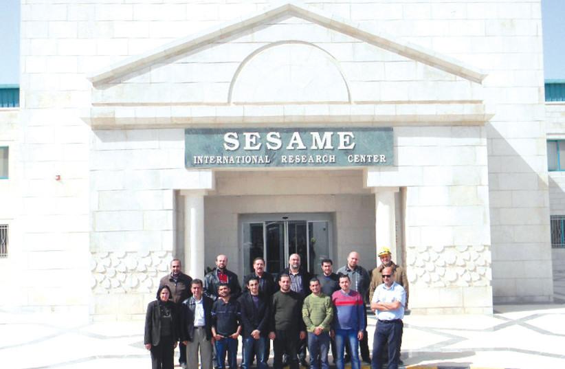 L'équipe de chercheurs réunis devant le fronton de l'institut SESAME (photo credit: SESAME)