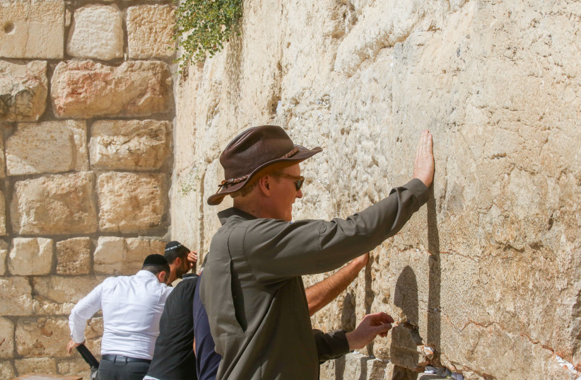 Conan O'Brien touches the Western Wall, August 28, 2017.  (photo credit: MARC ISRAEL SELLEM/THE JERUSALEM POST)