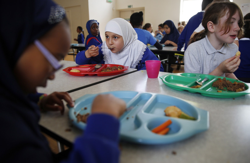 Students eating school lunches. (photo credit: REUTERS)