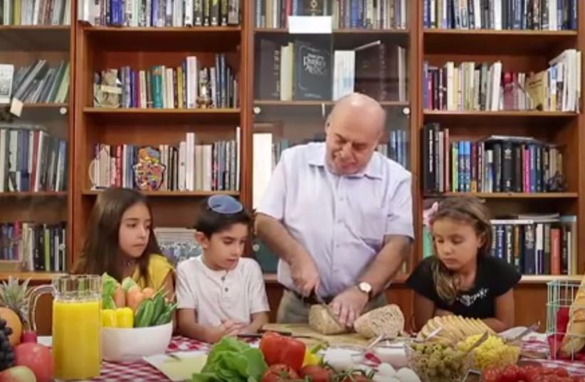Jewish Agency chairman Natan Sharansky shows kids how to make a sandwich (photo credit: YOUTUBE SCREENSHOT)