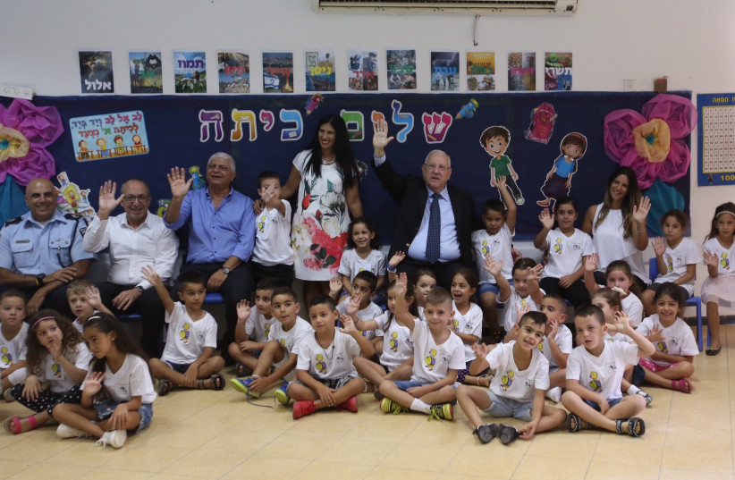 President Reuven Rivlin at Nofei HaSelah elementary school in Ma'aleh Adumim for the first day of classes, September 1, 2017. (photo credit: MARC ISRAEL SELLEM)