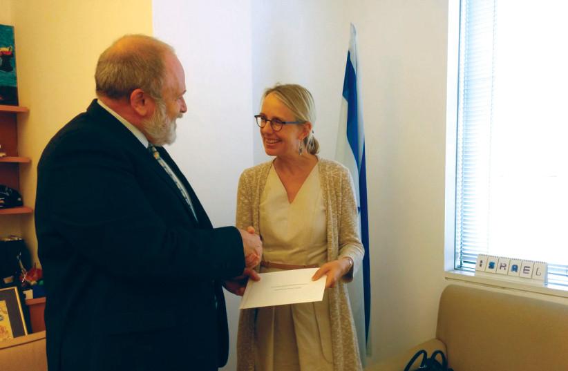 Réception des lettres de créance, avec l'ambassadrice de France en Israël (photo credit: TWITTER)