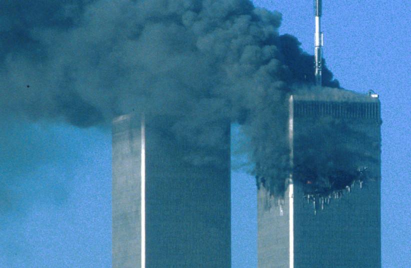 Les tours jumelles après avoir été touchées, le 11 septembre (crédit : SEAN ADAIR/ REUTERS)