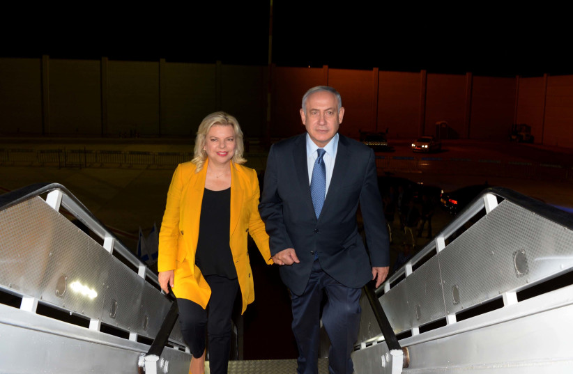 Prime Minister Benjamin Netanyahu and his wife, Sara Netanyahu en route to South America, September 10, 2017. (photo credit: AVI OHAYON - GPO)