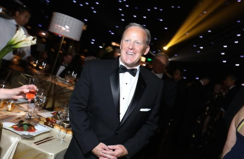 69th Primetime Emmy Awards – Governors Ball – Los Angeles, California, U.S., 17/09/2017 - Former White House Press Secretary Sean Spicer poses.  (photo credit: REUTERS/MIKE BLAKE)