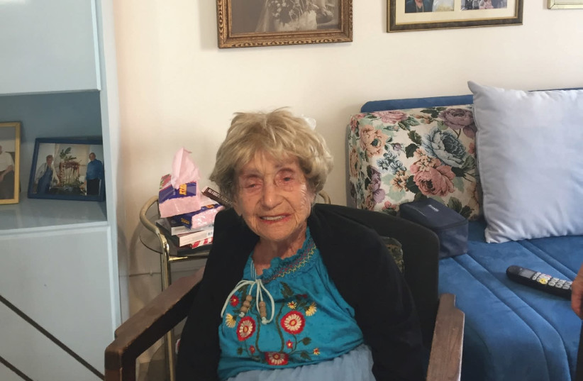 """Toby Willig: 'I must be the oldest reader of """"The Jerusalem Post.""""' (The black and white photograph behind her is of her parents.)  (photo credit: ARIEL DOMINIQUE HENDELMAN)"""