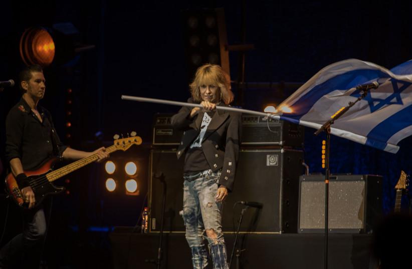 Chrissie Hynde waves an Israeli flag during The Pretenders's concert in Tel Aviv  (photo credit: LIOR KETER)