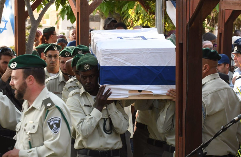 The coffin of murdered Border Police St. Sgt. Solomon Gabaria is carried at his funeral, September 26, 2017 (photo credit: AVSHALOM SASSONI/MAARIV)