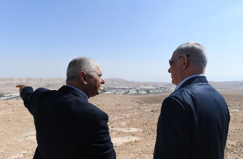 Prime Minister Benjamin Netanyahu speaking with Ma'aleh Adumim mayor Benny Kashriel (photo credit: KOBI GIDEON/GPO)