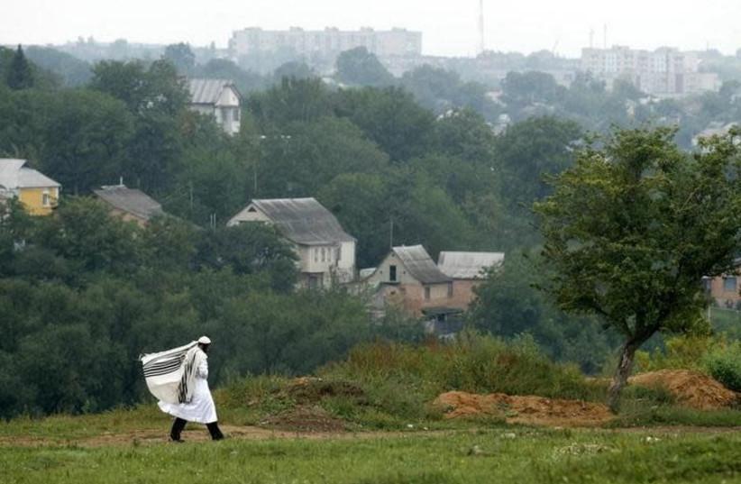 An ultra Orthodox Jewish pilgrim walks to the Ukrainian city of Uman some 200 km (124.3 miles) south of Kiev September 13, 2007.  (photo credit: REUTERS/KONSTANTIN CHERNICHKIN)