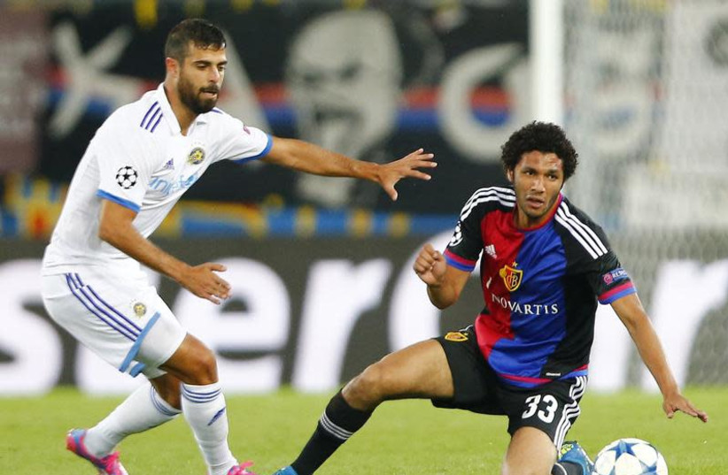 FC Basel's Mohamed Elneny (R) fights for the ball against Maccabi Tel Aviv's Eden Ben Basat during their Champions League play-off first leg soccer match at the St. Jakob Park stadium in Basel August 19, 2015.  (photo credit: REUTERS/ARND WIEGMANN)