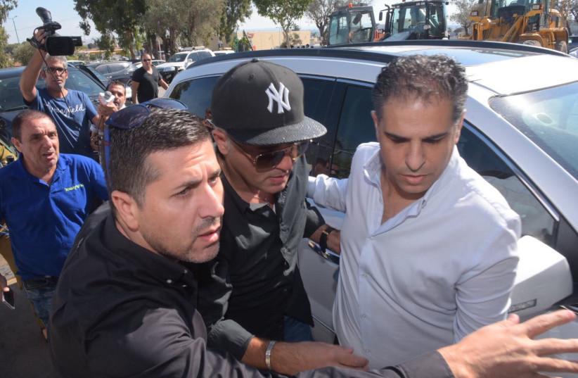 Israeli Mizrahi singer Kobi Peretz reprting for his 18-month prison sentence, October 15, 2017. (photo credit: AVSHALOM SASSONI/MAARIV)