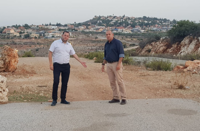 Samaria Regional Council head Yossi Dagan and Beit Aryeh-Ofarim Regional Council head Avi Naim point to the missing two kilometers of road.  (photo credit: ROI HADI)