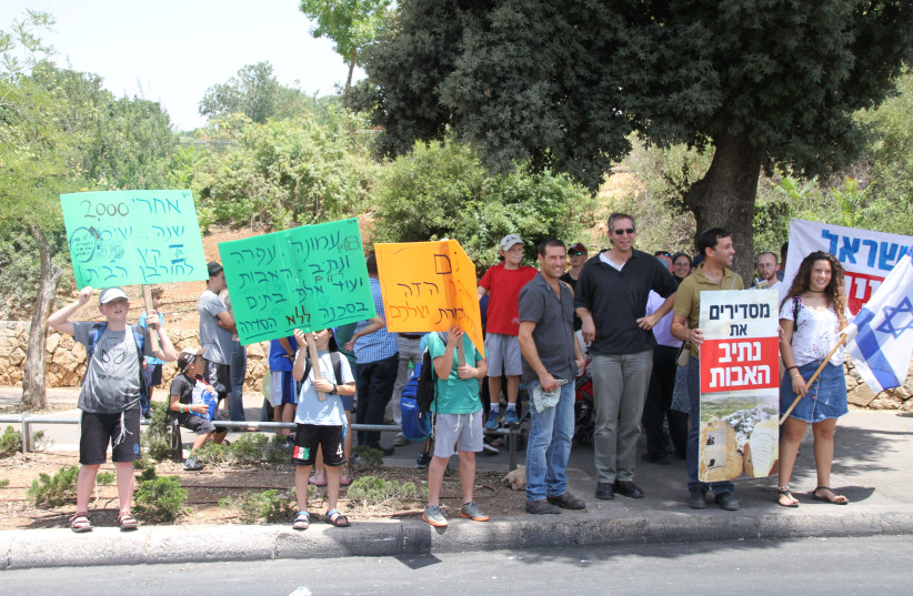 Summer rally for the Netiv Ha'avot Outpost in front of the Knesset.  (photo credit: TOVAH LAZAROFF)