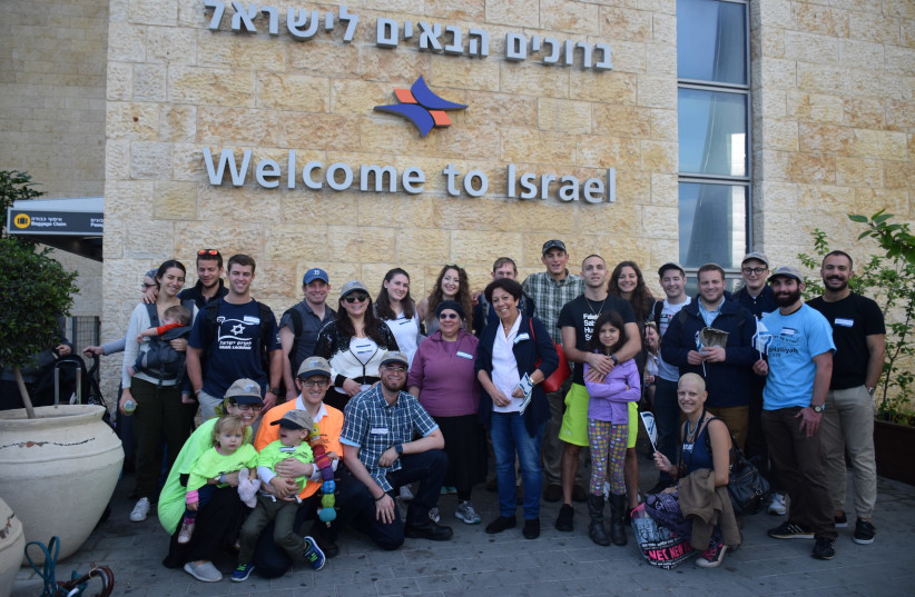 Americans and Canadians arrive in Israel to start a new life. (photo credit: NEFESH B'NEFESH)