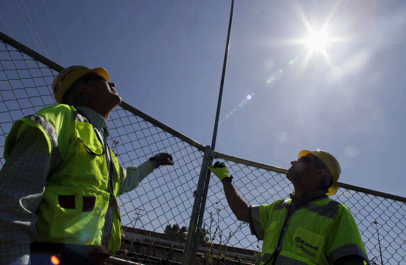 Eruv construction (photo credit: ANNE CUSACK/LOS ANGELES TIMES/MCT/TRIBUNE NEWS SERVICE)