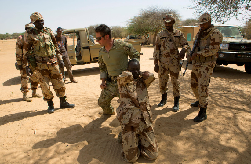 A US special forces soldier demonstrates how to detain a suspect in Diffa, Niger. (photo credit: REUTERS)