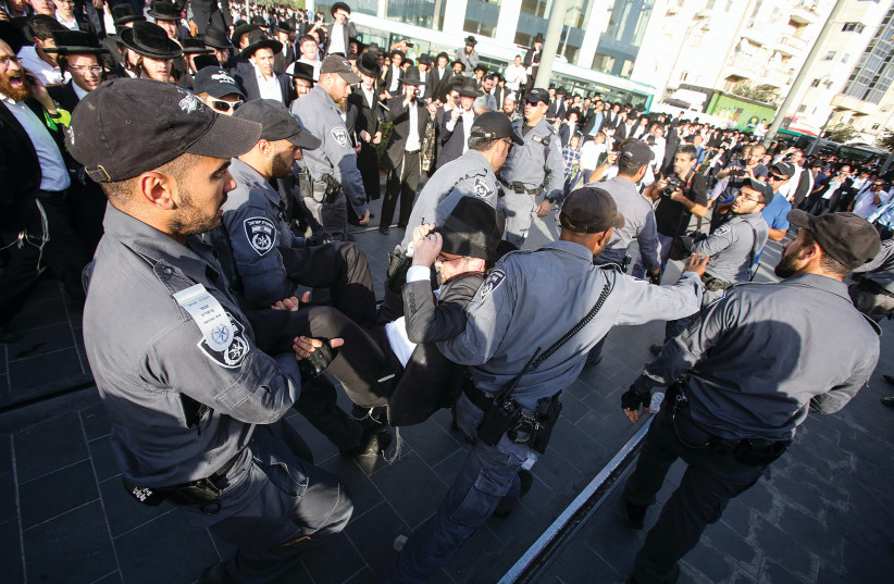 Manifestation ultraorthodoxe contre l'incorporation dans l'armée (photo credit: MARC ISRAEL SELLEM/THE JERUSALEM POST)