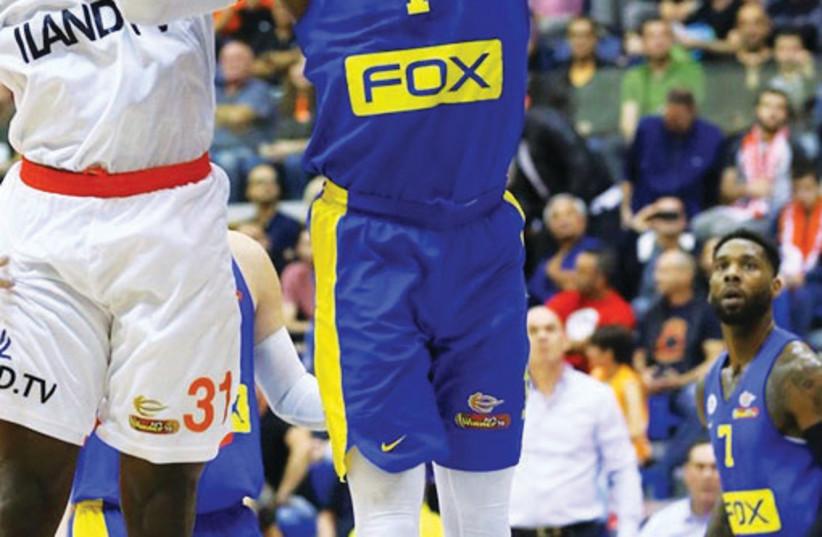 Maccabi Tel Aviv's Deshaun Thomas (right) (photo credit: LIRON MOLDOVAN /BSL)
