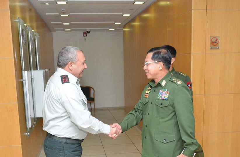 Le chef d'état-major Gadi Eizenkot et le général Min Aung Hlaing (photo credit: FACEBOOK)