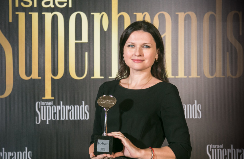 H. Sterns' Deputy CEO Eden Hoffman receives the Superbrands award at a Gala event in Tel Aviv  (photo credit: Courtesy)