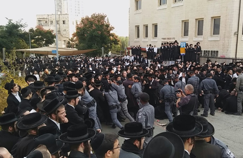 Police officers confront a massive protest of Haredim outside a synagogue in Jerusalem, November 2017  (photo credit: HAREDI EXTREMISTS PROTESTS GROUP)