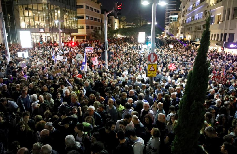 Israelis take part in a protest against corruption in Tel Aviv, Israel December 2, 2017. (photo credit: AMIR COHEN - REUTERS)