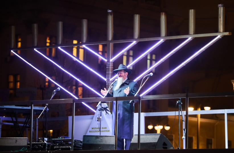 Chief Rabbi of Russia, Chabad-Lubavitch Rabbi Berl Lazar, addresses the crowd at the public menorah lighting in Red Square in Moscow, Russia, on Tuesday, December 12, 2017 (photo credit: CHABAD)