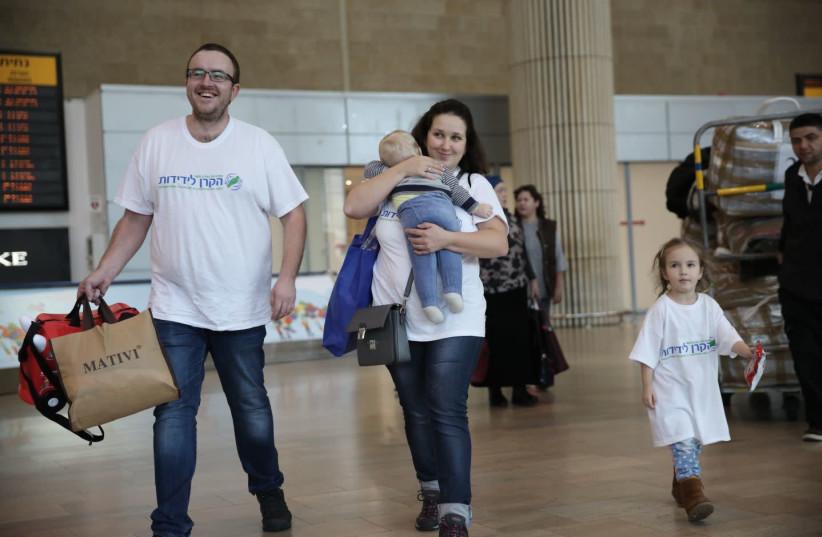 Immigrants the last Ukraine aliya charter plane of 2017 arrive in Israel (photo credit: DANIEL BAR-ON)
