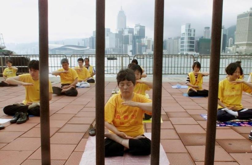 Falun Gong followers meditate in Hong Kong, May 9, 2001 (Reuters/Kin Cheung) (photo credit: REUTERS/KIN CHEUNG)