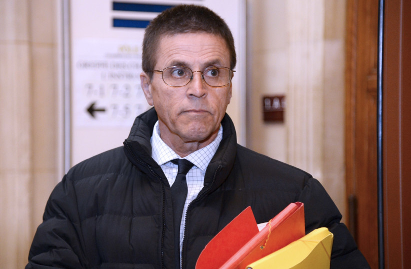 Accused synagogue arsonist Hassan Diab enters a Parisian courthouse, January 2018 (photo credit: BERTRAND GUAY / AFP)