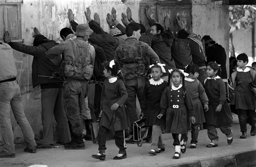Fouille par l'armée de Palestiniens dans la bande de Gaza en 198 (photo credit: GPO)