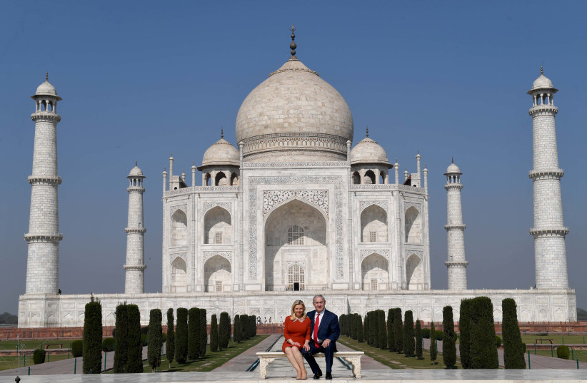 Prime Minister Benjamin Netanyahu and his wife Sara Netanyahu at the Taj Mahal, January 16, 2018 (photo credit: AVI OHAYON - GPO)