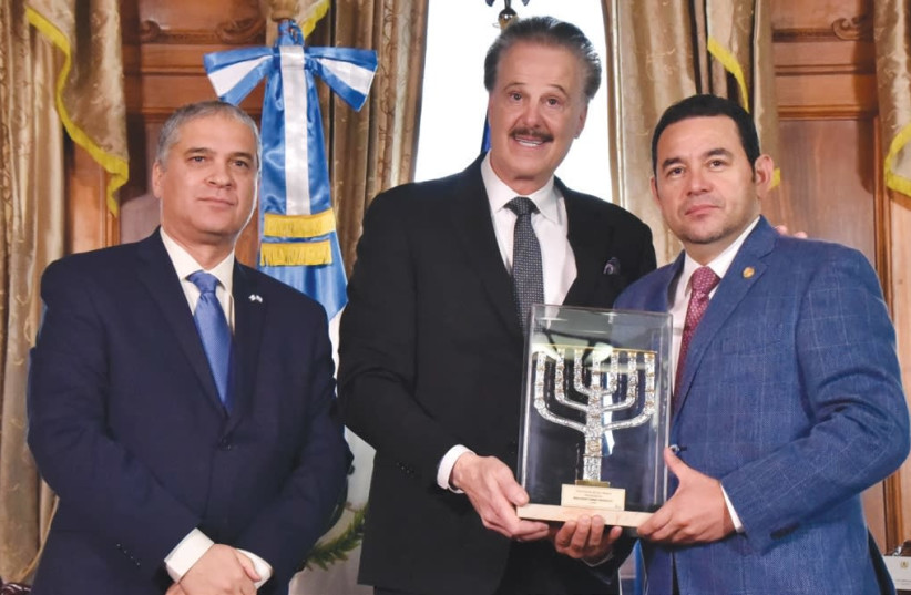 Dr. Mike Evans (center) and Ambassador Mattanya Cohen (left) present the Friends of Zion Award to Guatemalan President Jimmy Morales, January 18, 2018 (photo credit: PRESIDENT'S OFFICE GUATEMALA)