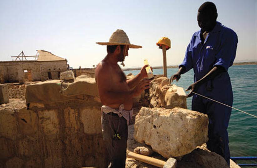 Travaux de rénovation de l'île soudanaise de Suakin, en mer Rouge (photo credit: REUTERS)