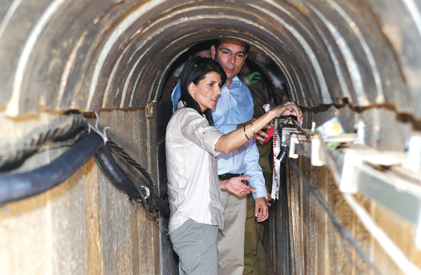 Nikiki Haley et Danny Danon examinent un tunnel du Hamas découvert  par Tsahal (photo credit: MATTY STERN/COURTESY OF U.S. EMBASSY TEL AVIV/VIA REUTERS)